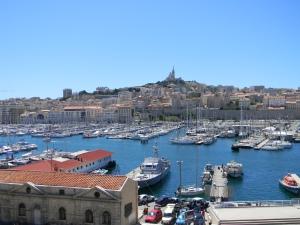 Vieux port Marseille, op de heuvel de basiliek Notre Dame de la Garde